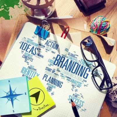 Farbenfroher Schreibtisch mit Marketing- und Geschmacksmusterbegriffen